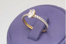Spectacular engagement ring with Marquise zircon