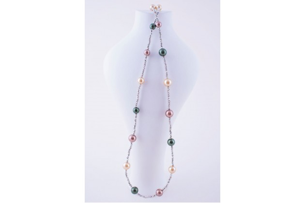 Long necklace with colorful pearls