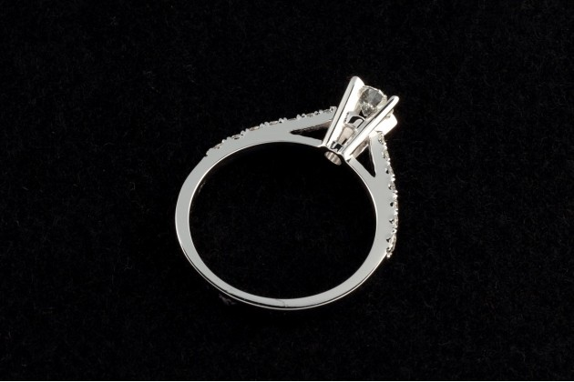 Classic engagement ring with diamonds Pavé