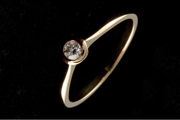 Yellow gold engagement ring with diamond (Bezel)