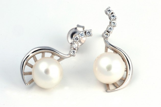 White gold and pearls earrings